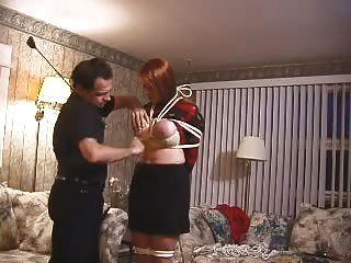 Busty aficionado esclavo obtiene tetas abofeteadas, torturado y encerado