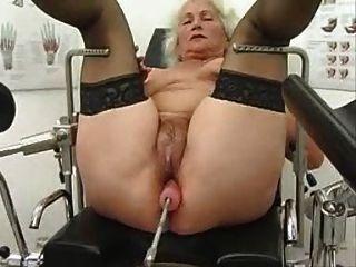 Granny norma trabaja en una máquina de sexo