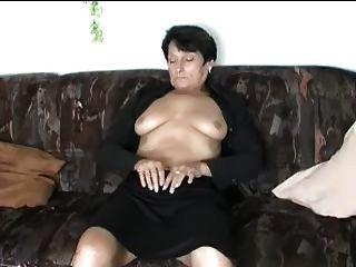 Tiras maduras y se dobla al orgasmo
