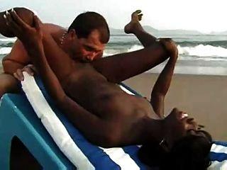 Sexo interracial pareja en la playa