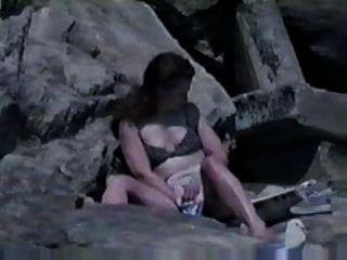 Atrapado masturbándose en la playa