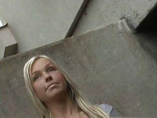 Chica angélica sacude a un extraño en la calle