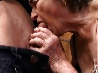 Antigua abuela peluda en medias dedos chupar y joder