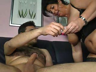 Mamá alemana muestra chico cómo hacer una mujer cum