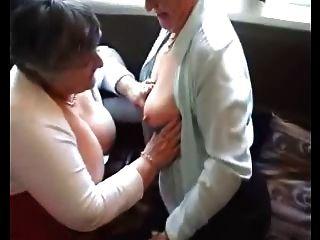 Dos abuelitas prueban sus juguetes