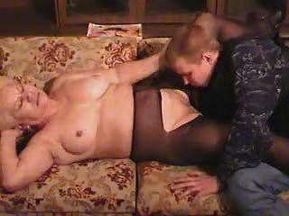 Vieja abuela rubia en pantyhose chupa y folla al chico