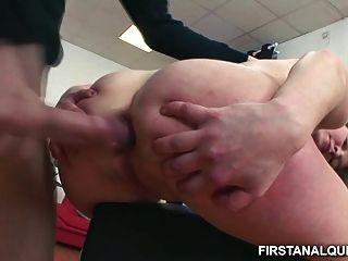 Chica adolescente inocente toma un pene enorme hasta su culo minúsculo