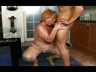 Chubby granny obtiene un facial de un chico