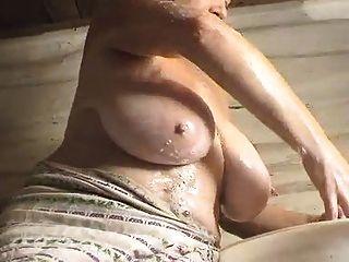 Lavado de la mujer y juego (para el amante sagrado de las ubres solamente)
