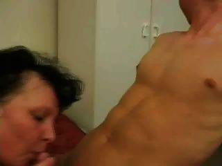 Femme mure brune con jeune homme