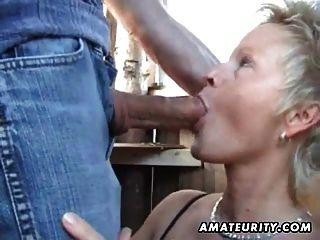 Mujer amateur madura chupa y folla al aire libre con cum facial