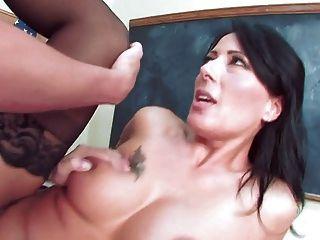 Caliente maestra madura seduce a su estudiante