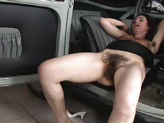 Realmente peluda mujer follada en el coche