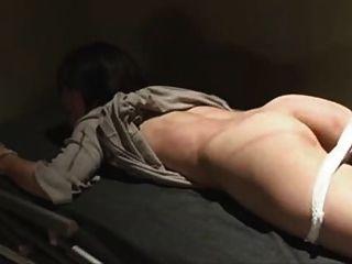 Japonés atado y azotado en prisión