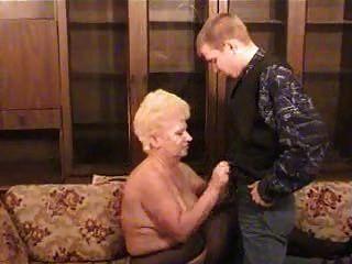 Abuela rusa con un niño