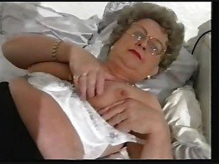 Regordeta vieja tiras abuelita y juega de nuevo
