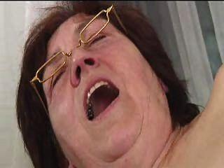 Peludo abuelita en gafas disfraces consoladores chupa y folla