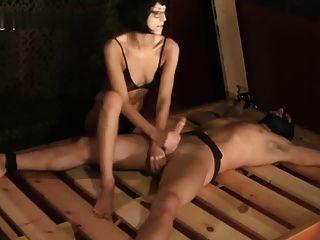 Miss helena handjob atado a la cama