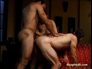 Naughty bisexual se folla y folla a una chica caliente