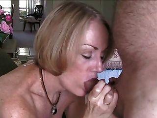 Melanie enseña a una virgen