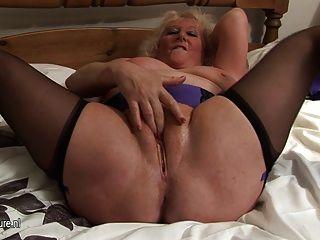 Gran abuela chorros en su cama