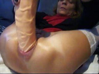 Amateur relleno su culo con enorme consolador