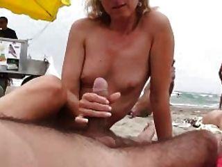 Naomi1 footjob y handjob en una playa