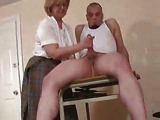 image Profesor maduro con mini falda follada en clase