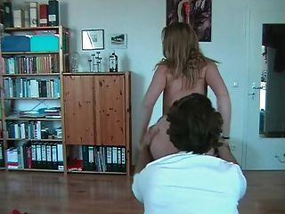 Chica aficionada con gafas stripteases y golondrinas