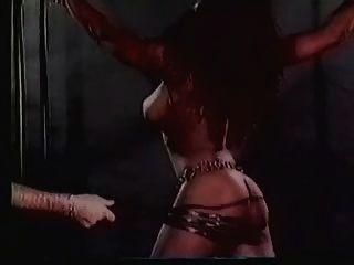 El esclavo de gran titted harem recibe un golpe extremo (en cámara lenta)