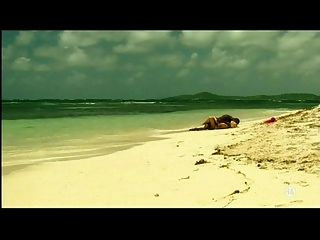 Joven rubia chica blanca con amante negro en la playa interracial
