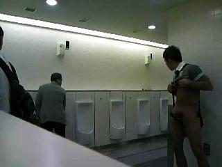 Chico cmnm masturbándose en los baños públicos!