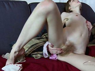 Vasilisa dedos su coño peludo