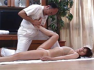 Caliente esposas japonesas masajes y luego se follan en casa 4 cm