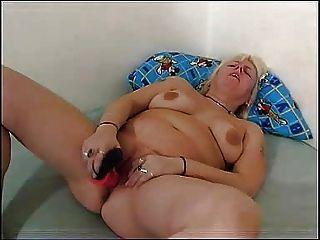 Chubby mamá juega con su coño regordete fm14