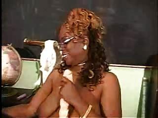 Madura mujer negra con su toyo