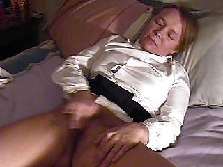 Chica se masturba y eyacula dos veces, interrumpida por mamá al final