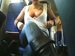 La belleza braless monta el autobús y los flashes sus boobs