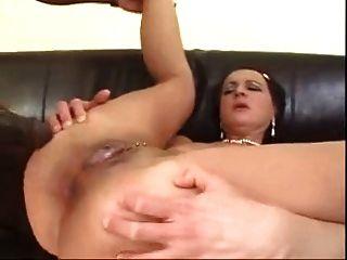 Mi puta madre madura follada en su culo por el gran dick negro