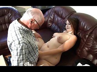 El abuelo alemán hace a la niña caliente