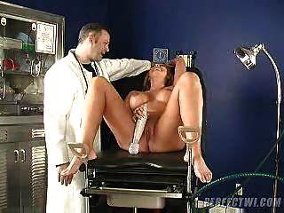 Médico y su asistente se ocupan del orgasmo del milf