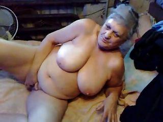 La abuelita muy vieja todavía tiene gusto de diddle