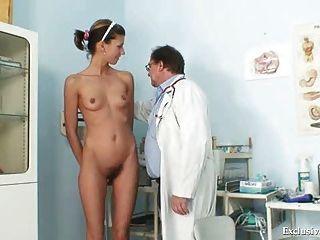 Angela tiene espéculo de coño examinado por ginecólogo