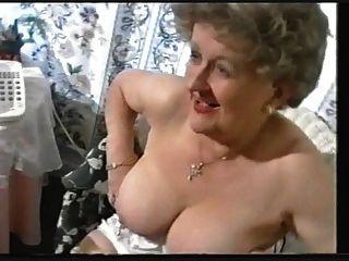 Chubby vieja abuelita burlas en medias