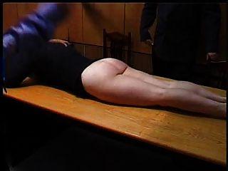 Secretaria traviesa es castigada con un fleje