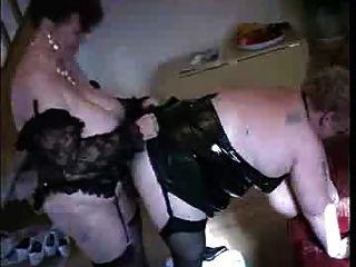Una abuelita folla otra abuelita