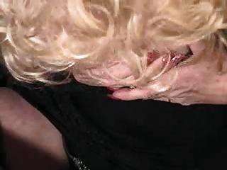 Señora juega con su coño