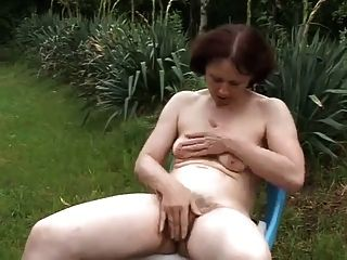 Disfrutando de la naturaleza en el jardín