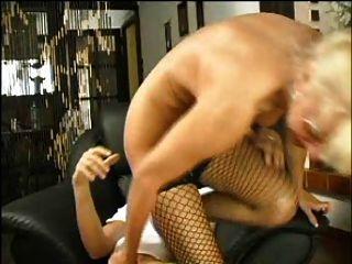Sexy mamá 63 rubia peludo madura con un hombre joven