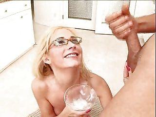 Rubia bebe un cóctel de cum cremosa